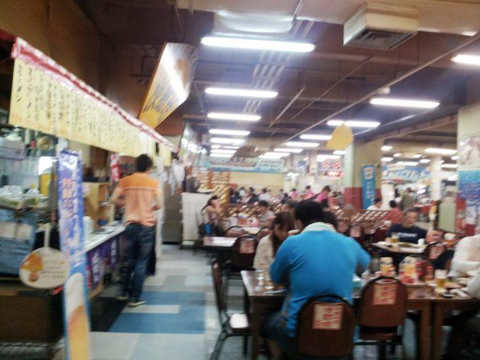 大勢のお客さんで賑わう牧志公設市場2階の食堂