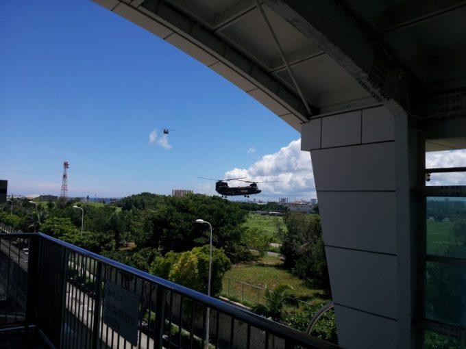 ゆいレールの駅から見える自衛隊か米軍のヘリ