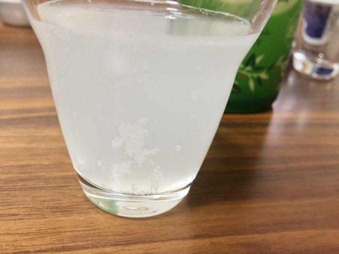 繊細な泡がたつグラスに注がれた「すず音」