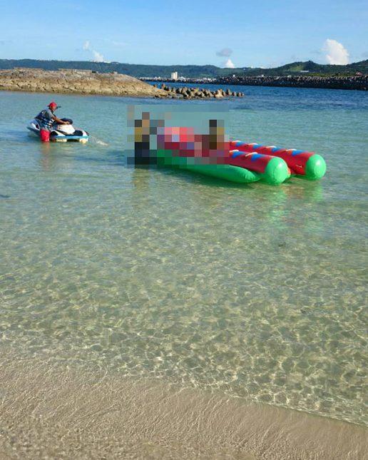 澄んだ海でバナナボート
