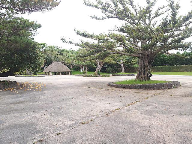 沖縄郷土村の藁ぶき屋根の建物