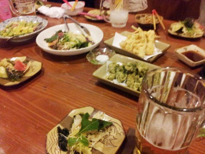 テーブルに並べられた、沢山の料理