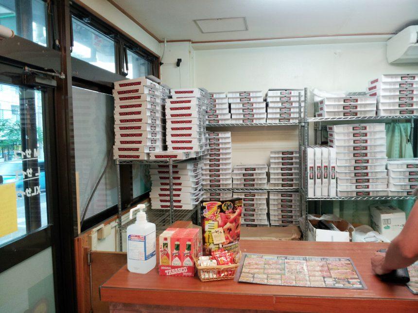 ピザパルコの店内に沢山積まれたピザの箱