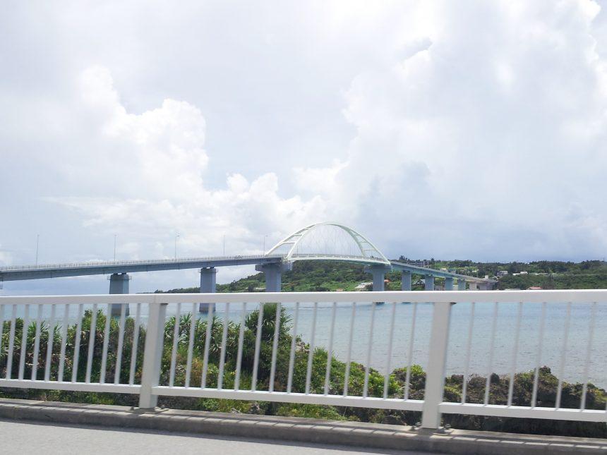 瀬底島へかかる橋