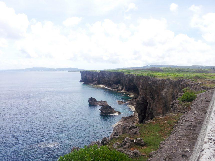 ずっと先まで続く絶壁の、残波岬