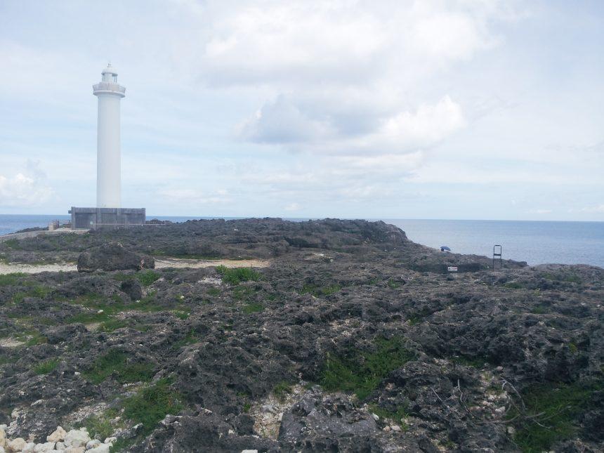 ゴツゴツした岩場とのコントラストが鮮明な白い残波岬の灯台