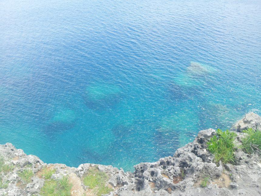残波岬からのぞきこんだ、エメラルドグリーンの海