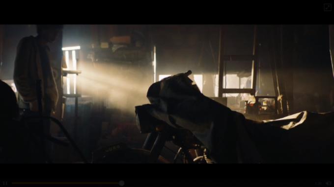 シャッターの中でバイクを見つける少年
