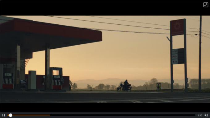 夕暮れのガソリンスタンドでバイクにまたがる少年(動画キャプチャ)