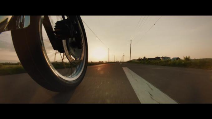 躍動感が伝わる道路を走るバイクの前輪(動画キャプチャ)