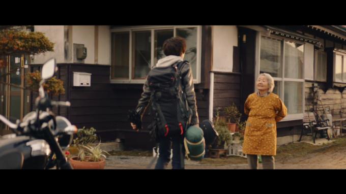 おばあちゃんの家について祖母と会う少年(動画キャプチャ)