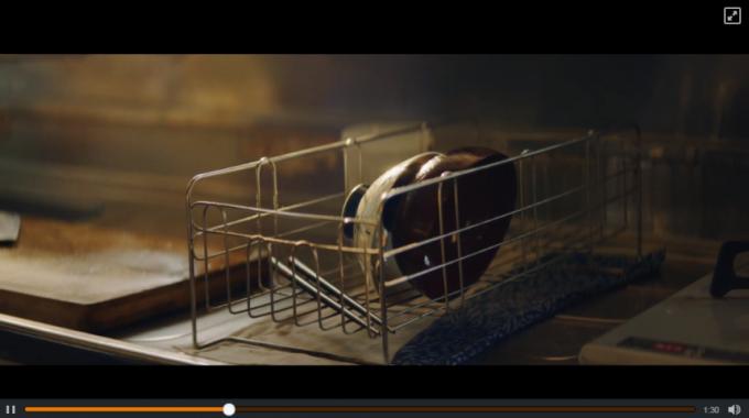 キッチンにおかれた一組の茶碗とはし(動画キャプチャ)