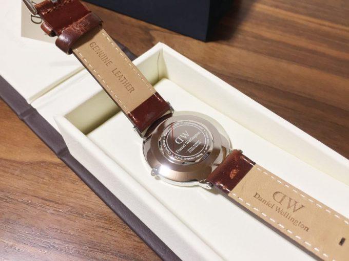 ダニエルウェリントンの腕時計裏蓋部分