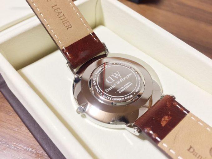 ダニエルウェリントンの腕時計裏蓋部分のアップ