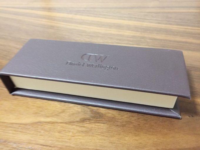 茶色とベージュのツートンカラーが落ち着いた印象のダニエルウェリントンのケース