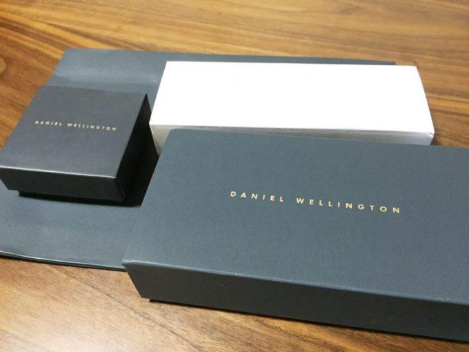 包装を開けてでてきたダニエルウェリントンの腕時計、ストラップ、ハートチャーム