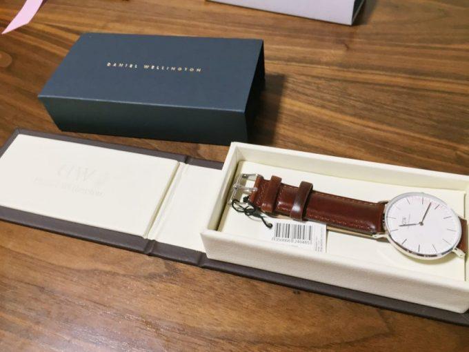 ケースを開けて見えるダニエルウェリントンの腕時計