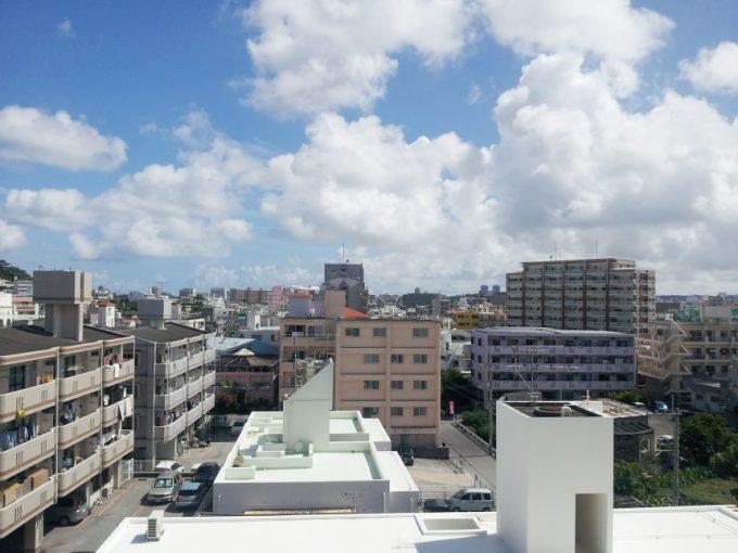 沖縄の抜けるような青空