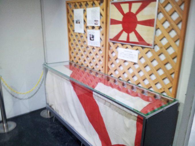 旧海軍司令部壕に飾られている旭日旗
