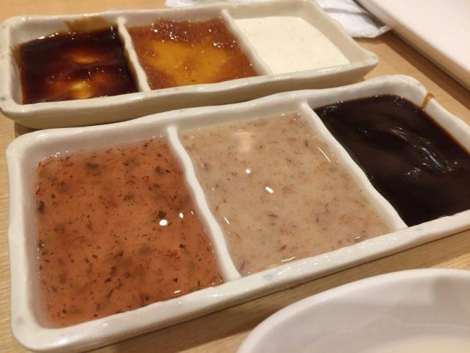 皿に入った梅ソース、和風カツオソース、ソース