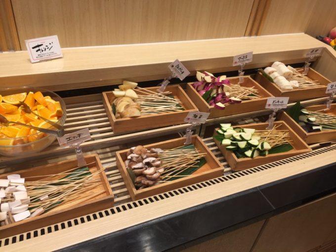 木箱に入った串揚げ用の野菜