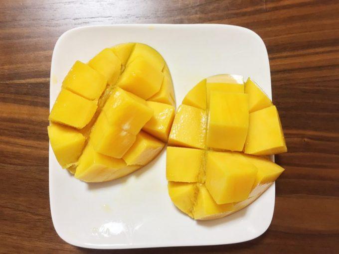 皮を押しだし、綺麗にマンゴーの実を押しだした状態