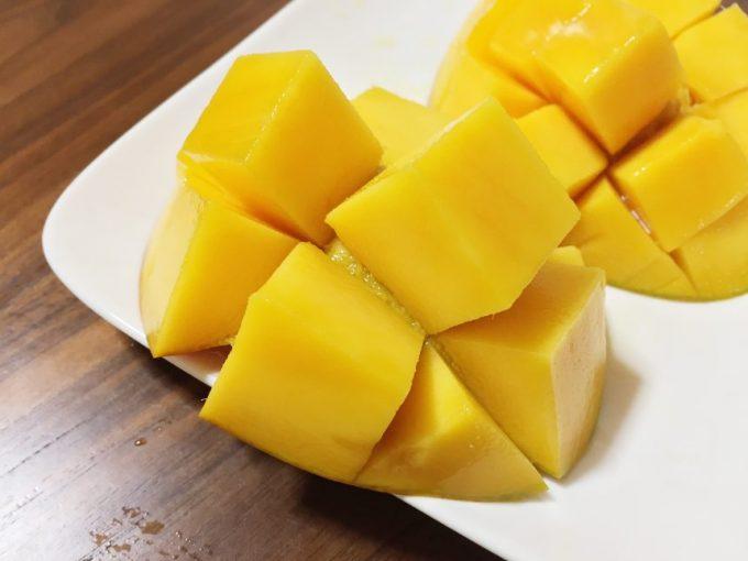 格子状に切った実が綺麗にでてきているマンゴー