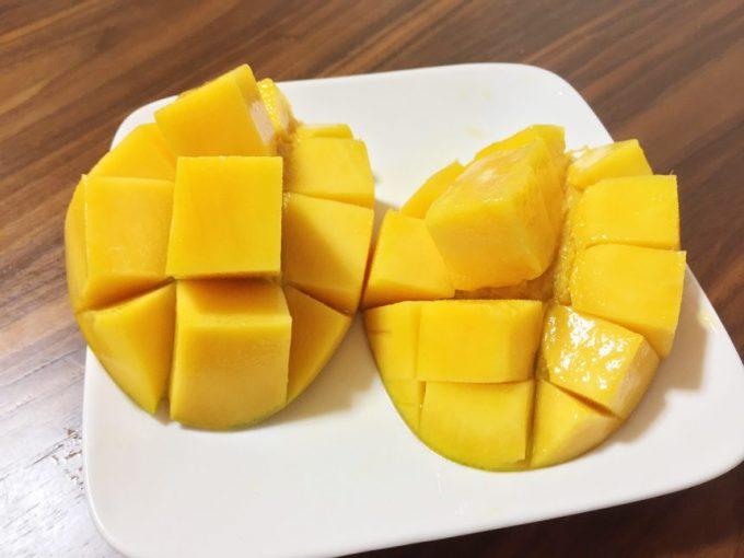 綺麗にカットし皿に盛りつけられたマンゴー