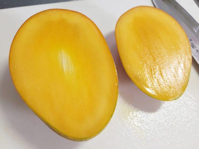 包丁が少し実をかすめ、中心が少し白いマンゴーの実