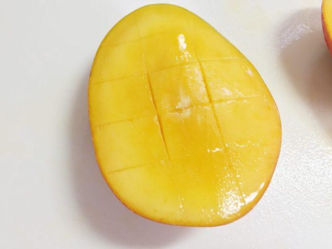 切り落としたマンゴーの実に、格子状に包丁を入れた状態