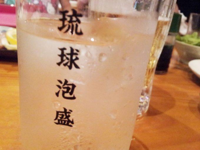 琉球泡盛とかかれたグラスに入った泡盛