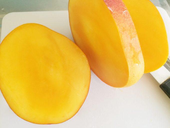 三枚下ろしにした完熟マンゴー