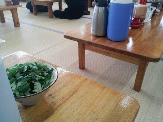 テーブルの上に置いてあるセルフサービスのフーチバー(よもぎ)