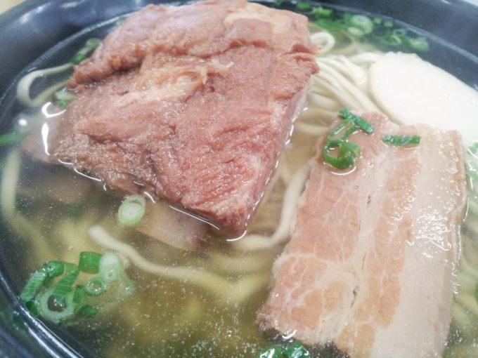 ソーキと豚三枚肉のアップ