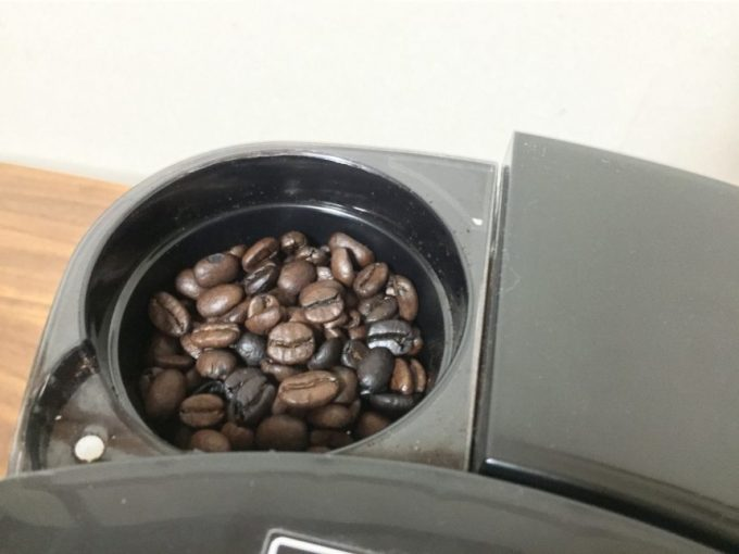 コーヒーミル部分にコーヒー豆を入れた状態