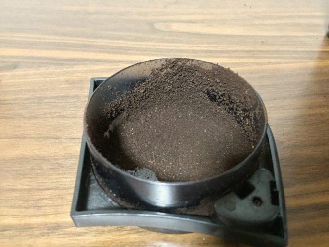 蓋部分についたコーヒー豆