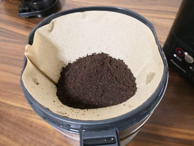 本体にセットしたフィルター部分に電動ミルで挽きたてのコーヒー豆を入れた状態