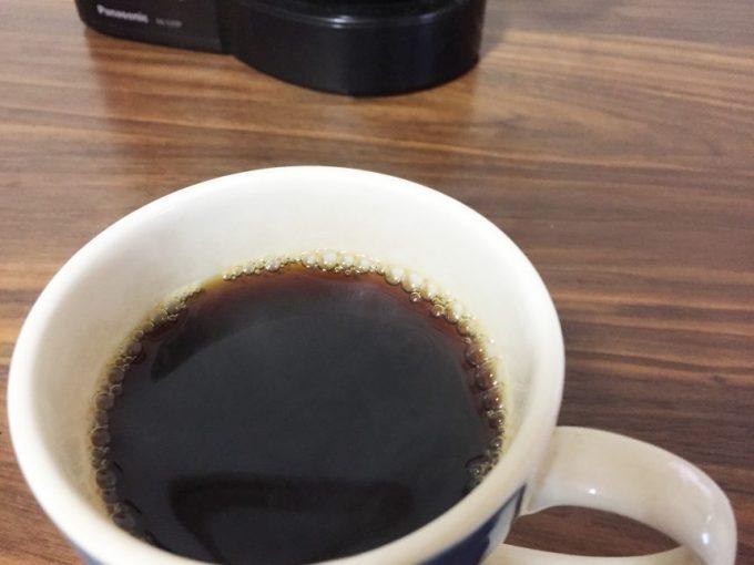 マグカップに入った淹れたてのコーヒー