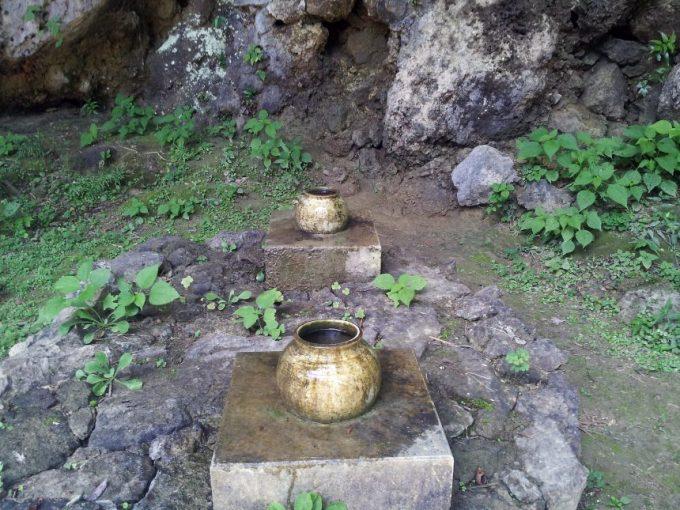 斎場御嶽(せーふぁうたき)の崖から滴る水を受ける壺
