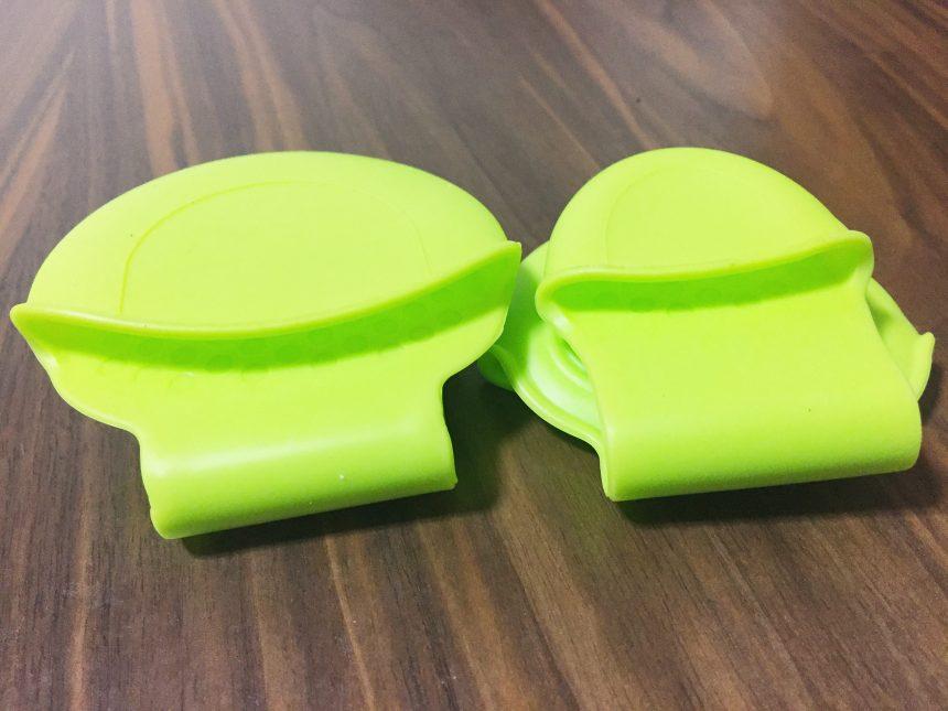 緑色のコンパクトなミトン