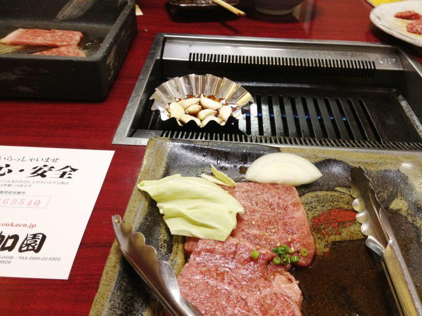 焼き台の前に置いた高級肉