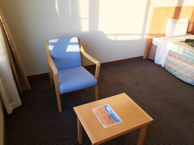 休暇村志賀島の洋室にあるテーブルセット