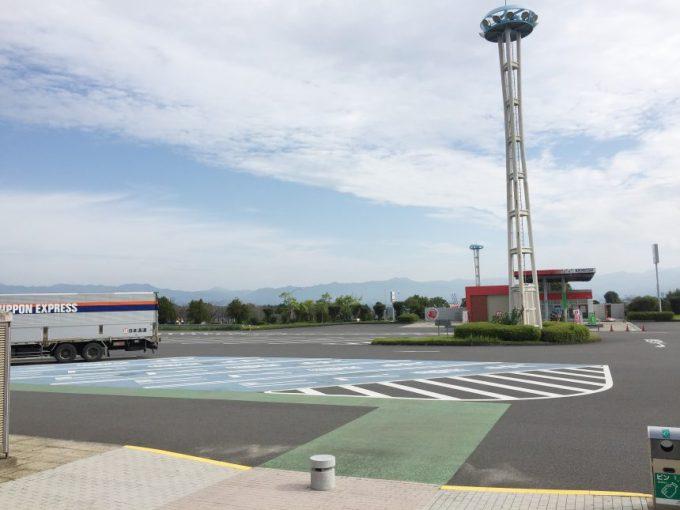 サービスエリア構内の駐車場