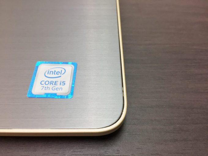 Core i5 7th GENとかかれた第7世代CPU Core。筺体部分に少し隙間も見える