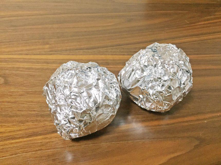 アルミホイルでぐるぐる巻きにした安納芋