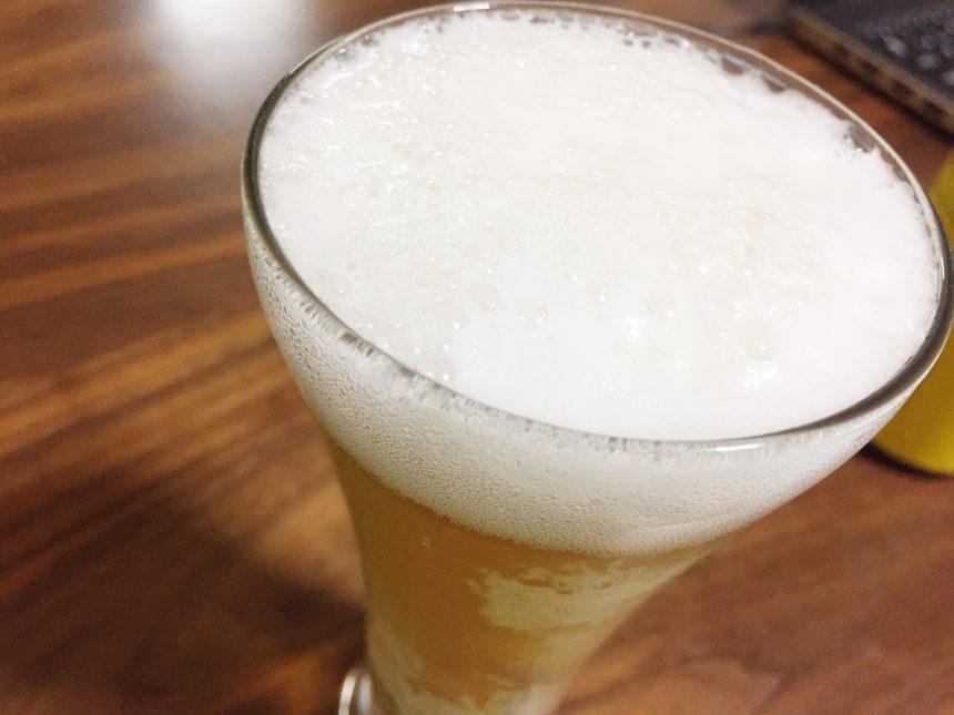 グラスに注いだ龍馬レモン、泡部分のアップ