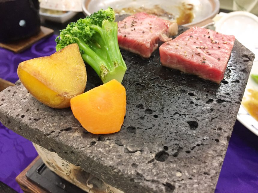 佐賀牛と野菜を一緒に焼いている状態