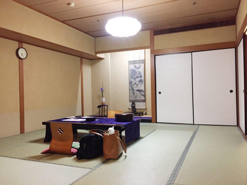 西の雅 常盤の客室。座椅子と机