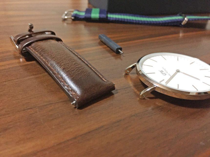 時計ケースとレザーベルトを取り外した状態