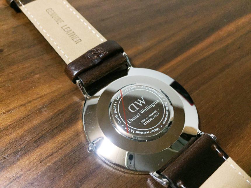 腕時計裏側に書かれているシリアルキー